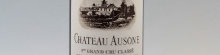 La photo montre une bouteille du grand vin du chateau Ausone à Saint Emilion à Bordeaux