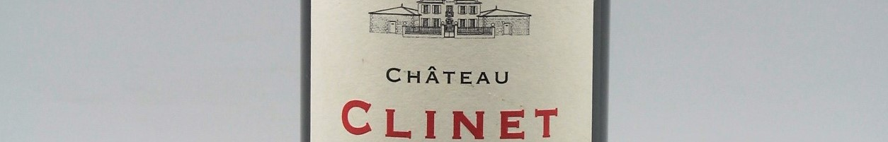 La photo montre une bouteille du grand vin du chateau Clinet à Pomerol à Bordeaux