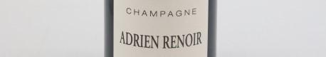 La photo montre une bouteille de Champagne du domaine Adrien Renoir dans la Champagne