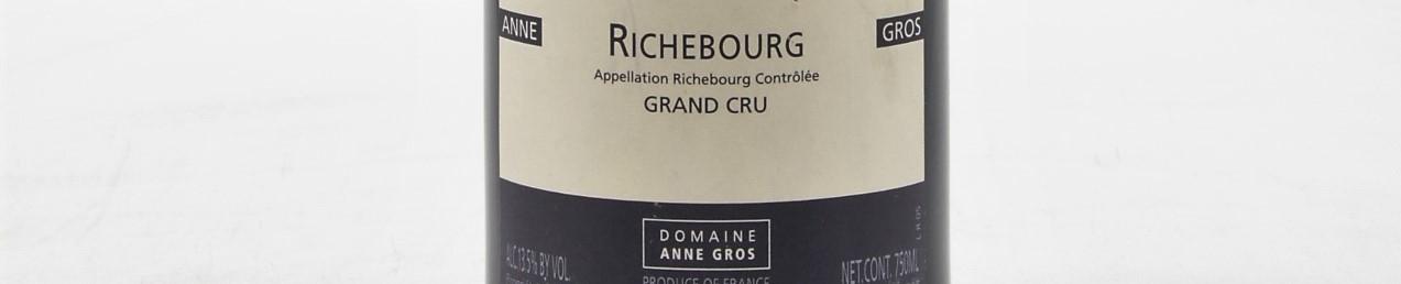 La photo montre une bouteille de vin de Richebourg Grand Cru du Domaine de Anne Gros situé à Vosne romanée en Bourgogne