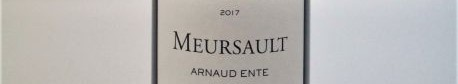 La photo montre une bouteille de vin du domaine Arnaud Ente en Bourgogne