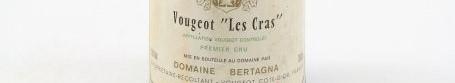 La photo montre une bouteille de vin de Vougeot 1er cru du Domaine de Bertagna situé à Vougeot en Bourgogne
