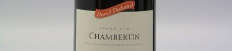La photo montre une bouteille de vin Chambertin Grand Cru du Domaine de David Duband situé dans les hautes cotes de nutis en Bourgogne