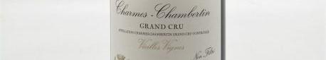 La photo montre une bouteille de vin de Charmes Chambertin Grand Cru du Domaine de Denis Bachelet situé dans à Gevrey Chambertin en Bourgogne