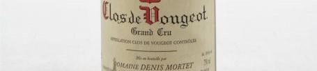 La photo montre une bouteille de vin de Clos Vougeot Grand Cru du Domaine de Denis Mortet situé dans à Gevrey Chambertin en Bourgogne