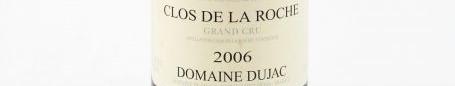 La photo montre une bouteille de vin Grand Cru Clos de la Roche du Domaine Dujac situé à Morey Saint Denis en Bourgogne