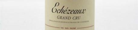 La photo montre une bouteille de vin du grand cru Echezeaux du Domaine Emmanuel Rouget situé dans au coeur de la cote de nuits en Bourgogne