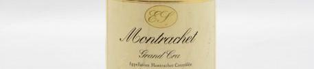 La photo montre une bouteille de vin du grand cru Montrachet du Domaine Etienne Sauzet situé sur la cote de beaune en Bourgogne