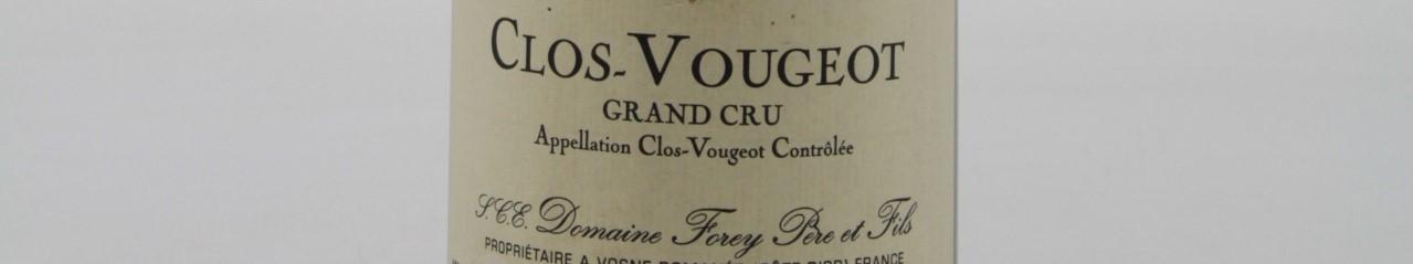 La photo montre une bouteille de vin du grand cru clos vougeot du Domaine Forey situé en Bourgogne