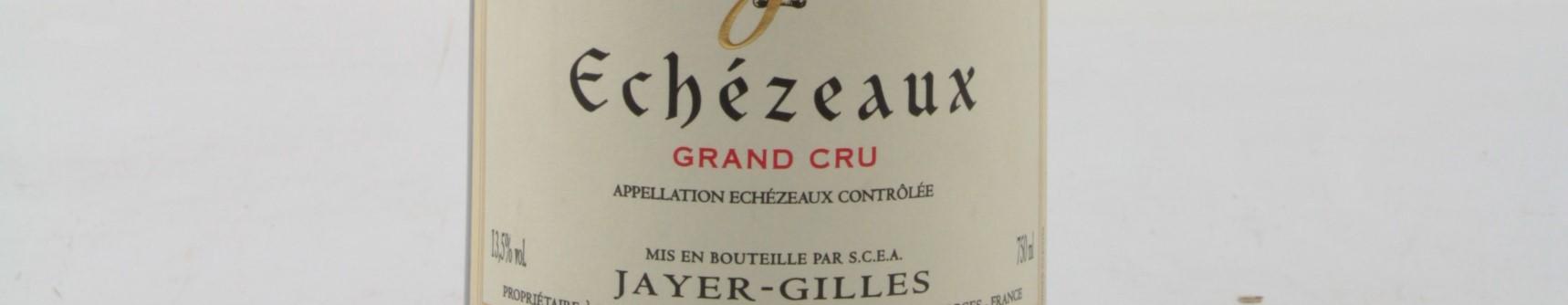 La photo montre une bouteille de vin du grand cru echezeaux du Domaine Gilles Jayer situé en cote d'or en Bourgogne