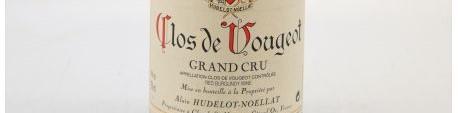 La photo montre une bouteille de vin du domaine Hudelot Noellat en Bourgogne