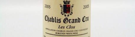 La photo montre une bouteille de vin Chablis grand cru Les Clos du Domaine de jean paul et benoit droin situé dans le chablisien en Bourgogne