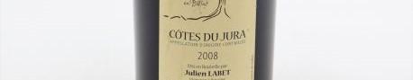 La photo montre une bouteille de vin du domaine Julien Labet dans le Jura