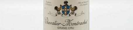 La photo montre une bouteille de vin de Grand Cru Chevalier Montrachet 2010 du Domaine de Leflaive situé à proximité de Beaune en Bourgogne