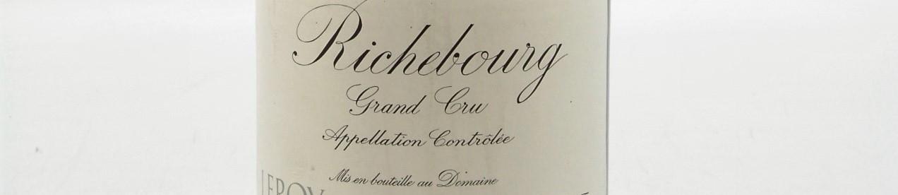 La photo montre une bouteille de vin du grand cru Richebourg du Domaine Leroy de Lalou Bize Leroy situé dans la cote de Nuit en Bourgogne