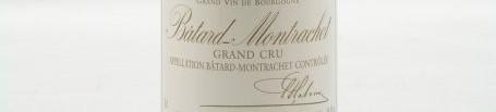 La photo montre une bouteille de vin du grand cru batard montrachet du Domaine louis latour situé dans la cote de beaune en Bourgogne