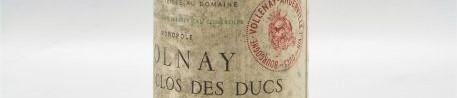 La photo montre une bouteille de vin Volnay premier cru clos des ducs en monopole du Domaine marquis d'angerville situé à volnay en Bourgogne