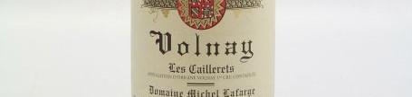La photo montre une bouteille de vin volnay 1er cru Cailleret du Domaine Michel Lafarge situé a volnay en cote de nuits en Bourgogne