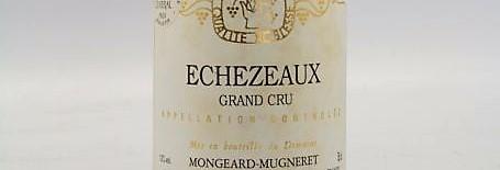 La photo montre une bouteille de vin grand cru grands echezeaux du Domaine Mongeard Mugneret situé en cote de nuits à vosne romanée en Bourgogne