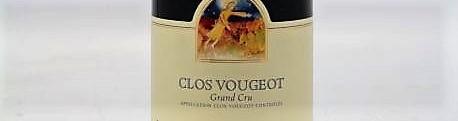 La photo montre une bouteille de vin grand cru clos vougeot du Domaine Mugneret Gibourg situé dans la cote de nuits à vosne romanée en Bourgogne