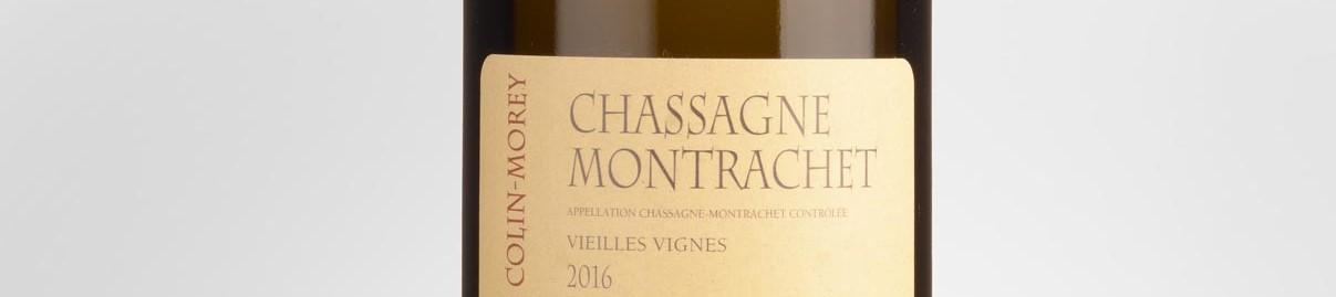 La photo montre une bouteille de vin du domaine Pierre Yves Colin Morey en Bourgogne