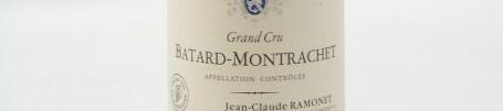 La photo montre une bouteille de vin du grand cru batard montrachet du Domaine Ramonet situé autour de chassagne montrachet en Bourgogne