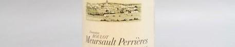 La photo montre une bouteille de vin Meursault premier cru du Domaine Roulot de jean marc roulot situé dans la cote de beaune en Bourgogne