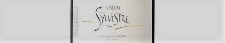La photo montre une bouteille de vin du domaine Saint Sylvestre dans le Languedoc Roussillon