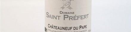 La photo montre une bouteille du grand vin du domaine saint prefert isabel ferrando a chateauneuf du pape dans la vallee du rhone