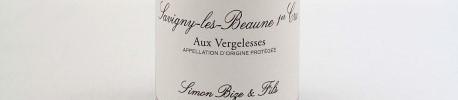 La photo montre une bouteille de vin du domaine Simon Bize en Bourgogne