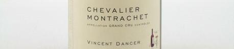 La photo montre une bouteille de vin CHEVALIER MONTRACHET GRAND CRU du Domaine de vincent dancer situé à Chassagne Montrachet en Bourgogne