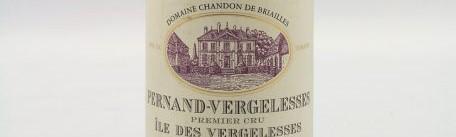 La photo montre une bouteille de vin de pernand vergelesses 1er cru ile de vergelesses du Domaine Chandond de briailles situé dans vers Beaune en Bourgogne