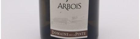 La photo montre une bouteille de vin du domaine de la Pinte dans le Jura