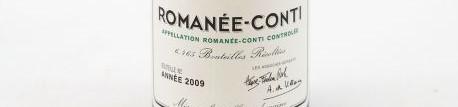 La photo montre une bouteille de vin de la Romanée Conti du Domaine de la romanée Conti aussi appelé DRC situé à Vosne Romanée en Bourgogne