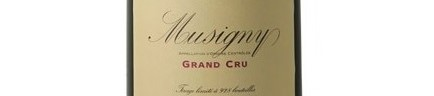 La photo montre une bouteille de vin Musigny rouge du Domaine de la Vougeraie situé à Vougeot en Bourgogne