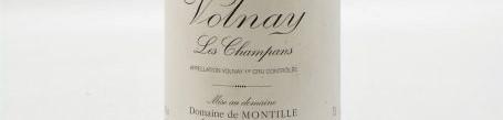La photo montre une bouteille de vin Volnay Premier cru les Champans du Domaine De Montille situé à Volnay en Bourgogne