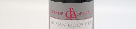 La photo montre une bouteille de vin du domaine de l'Arlot en Bourgogne