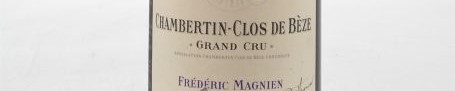 La photo montre une bouteille de vin de grand cru chambertin clos de beze du Domaine de frederic magnien situé dans la cote de nuit en Bourgogne