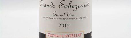 La photo montre une bouteille de vin du grand cru grands echezeaux du Domaine Georges Noellat situé sur la cote de nuits en Bourgogne