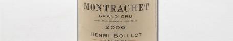 La photo montre une bouteille de vin du grand cru montrachet blanc du Domaine Henri Boillot situé à Meursault en Bourgogne