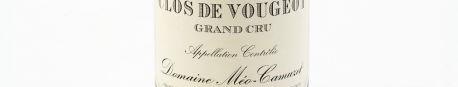 La photo montre une bouteille de vin du grand cru clos vougeot du Domaine méo camuzet situé dans la cote de nuit en Bourgogne