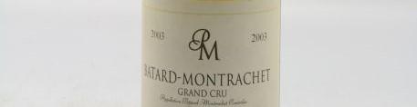 La photo montre une bouteille de vin batard montrachet grand cru du Domaine de pierre morey situé en Bourgogne