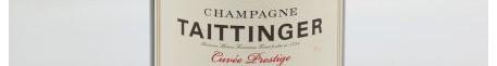 La photo montre une bouteille de Champagne du domaine Taittinger dans la Champagne