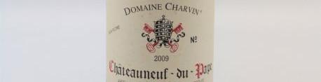 La photo montre une bouteille du grand vin de Chateauneuf du Pape du domaine Charvin dans la Vallée du Rhone