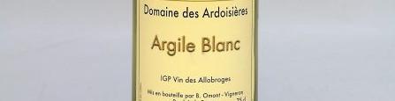 La photo montre une bouteille de vin de l'appellation Vin des Allobroges du domaine Ardoisières en Savoie.