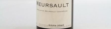 La photo montre une bouteille de l'appellation Meursault du domaine Antoine Jobard en Bourgogne.
