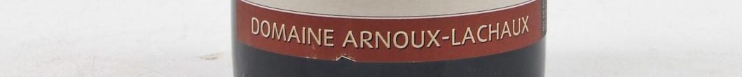 La photo montre une photo d'une bouteille de l'appellation Vosne Romanée du domaine Arnouw Lachaux en Bourgogne.