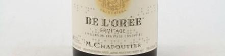 La photo montre une bouteille de l'appellation Hermitage du domaine Chapoutier dans la Vallée du Rhône.