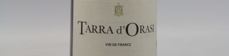 La photo montre une bouteille de vin de l'appellation Vin de France du domaine Clos Canarelli en Corse.