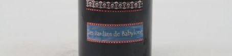 La photo montre une bouteille du grand vin Les Jardins de Babylon du domaine Dagueneau dans le Jurançon, Sud-Ouest